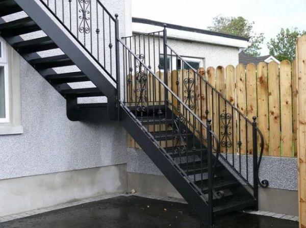 Лестница на прямой металлической тетиве в Иркутске