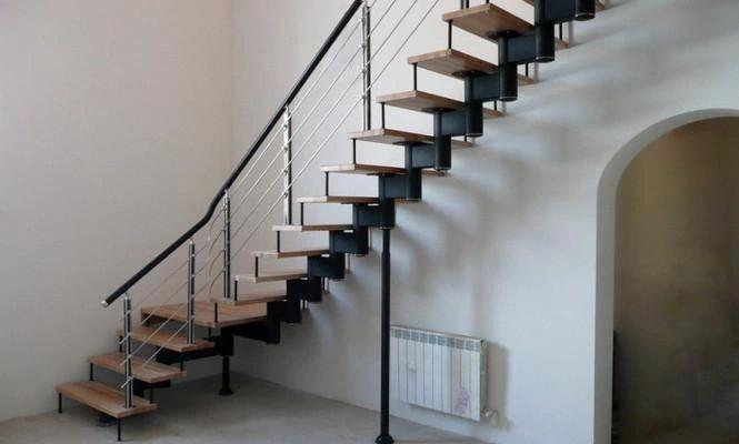 Поворотная лестница на монокосоуре