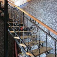 Металлическая лестница в дом с элементами ковки