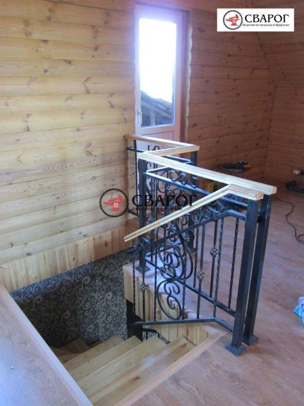 Металлическая лестница в дом с элементами ковки фото 2