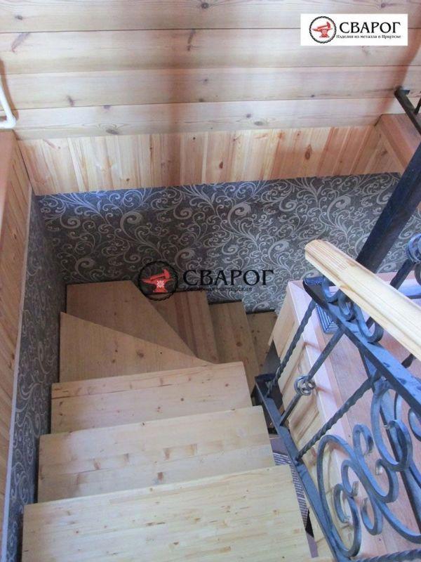 Металлическая лестница в дом с элементами ковки фото 3