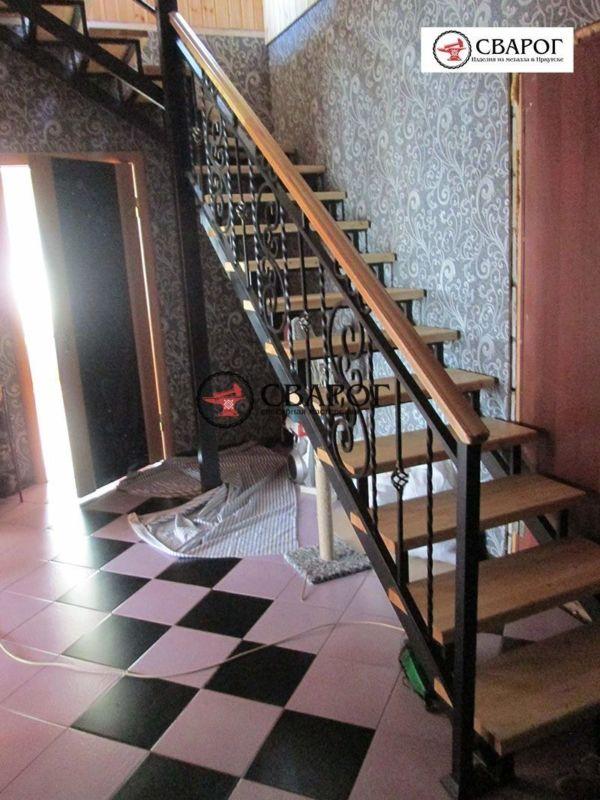 Металлическая лестница в дом с элементами ковки фото 4