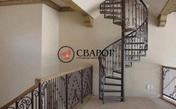 Красивая винтовая лестница с коваными перилами