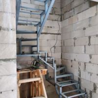 Каркас лестницы в узком проеме фото 1