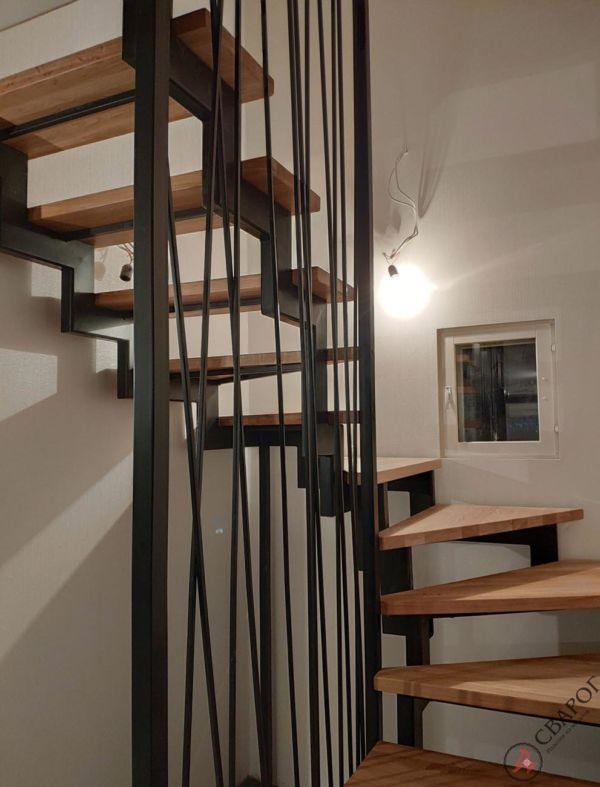 Лестница с забежными ступенями в узком проеме фото 8