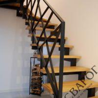 Стильная лестница с перилами из металла фото 1
