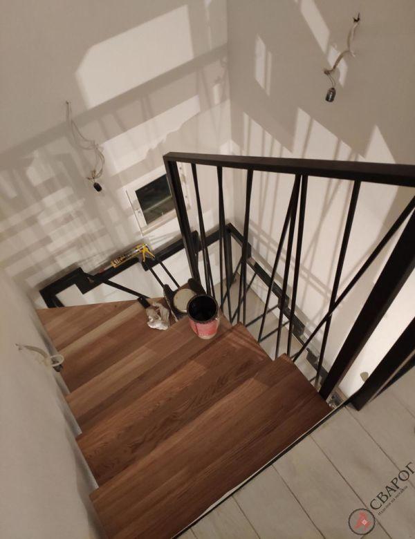 Лестница с забежными ступенями в узком проеме фото 5