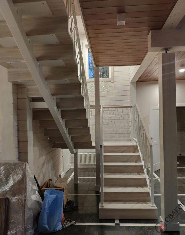 Светлая лестница на монокосуре фото 1