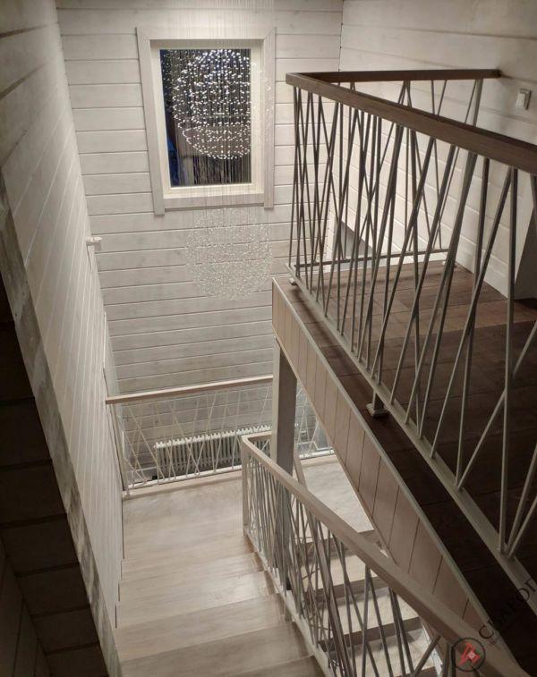 Светлая лестница на монокосуре фото 10
