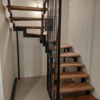 Лестница с забежными ступенями в узком проеме фото 1