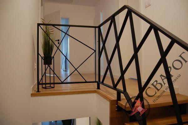 Стильная лестница с перилами из металла фото 4