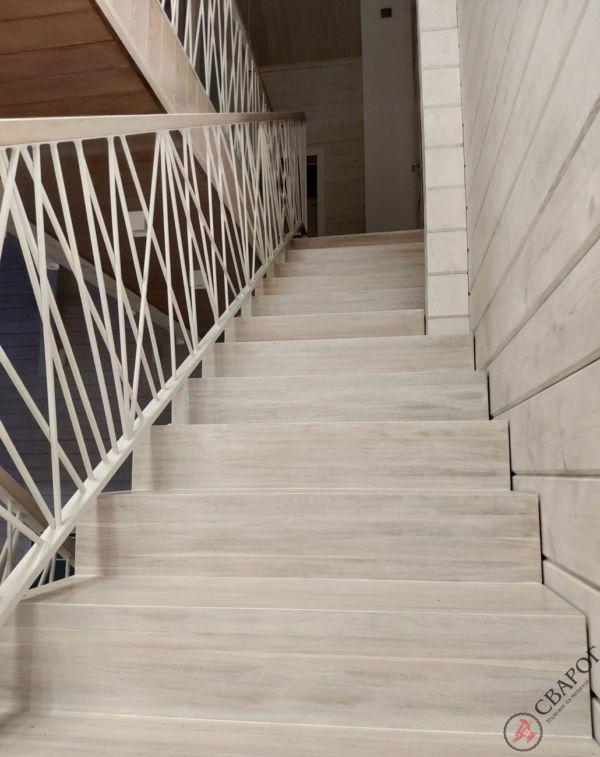 Светлая лестница на монокосуре фото 8