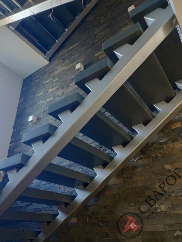 Лестница на двух прямых косоурах фото 10