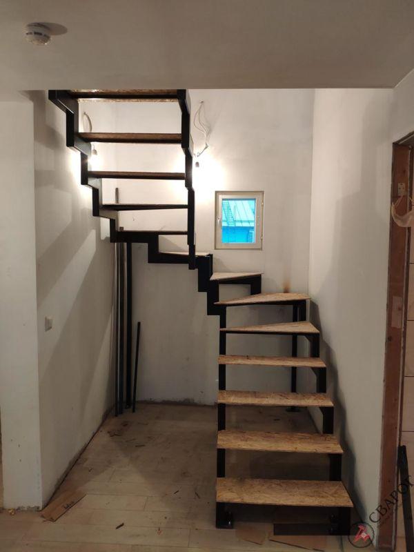 Лестница с забежными ступенями в узком проеме фото 4
