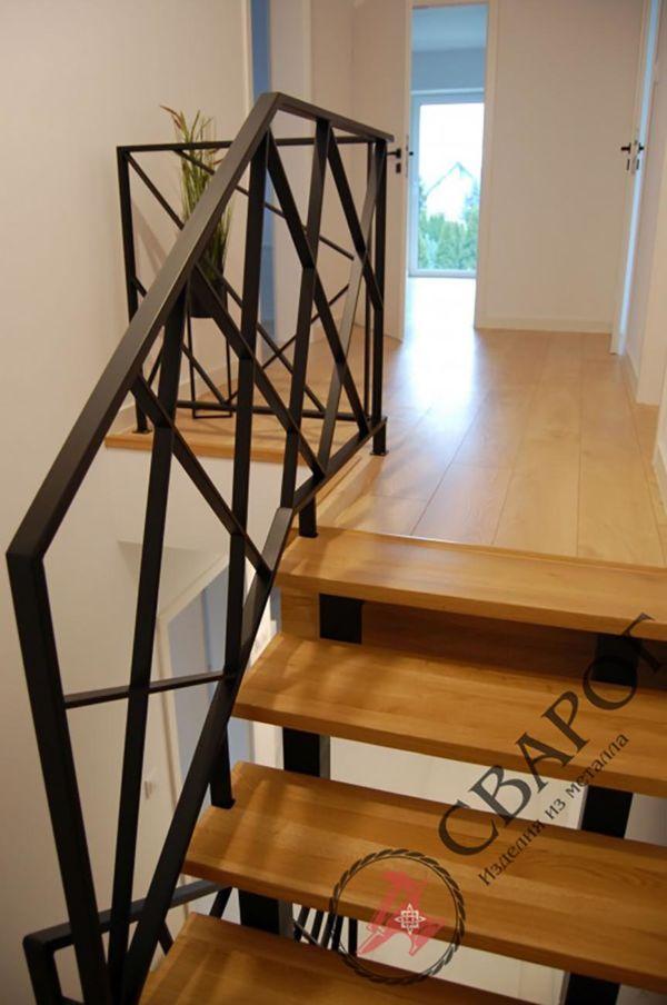 Стильная лестница с перилами из металла фото 3