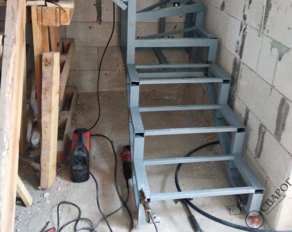 Каркас лестницы в узком проеме фото 6
