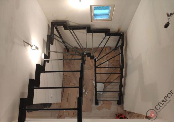 Лестница с забежными ступенями в узком проеме фото 2