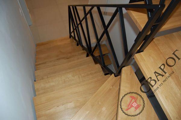 Стильная лестница с перилами из металла фото 5