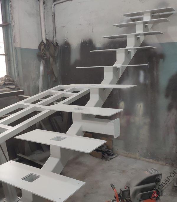 Светлая лестница на монокосуре фото 3