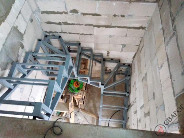 Каркас лестницы в узком проеме фото 7