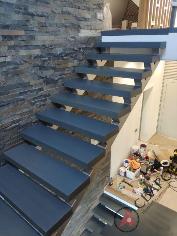 Лестница на двух прямых косоурах фото 7