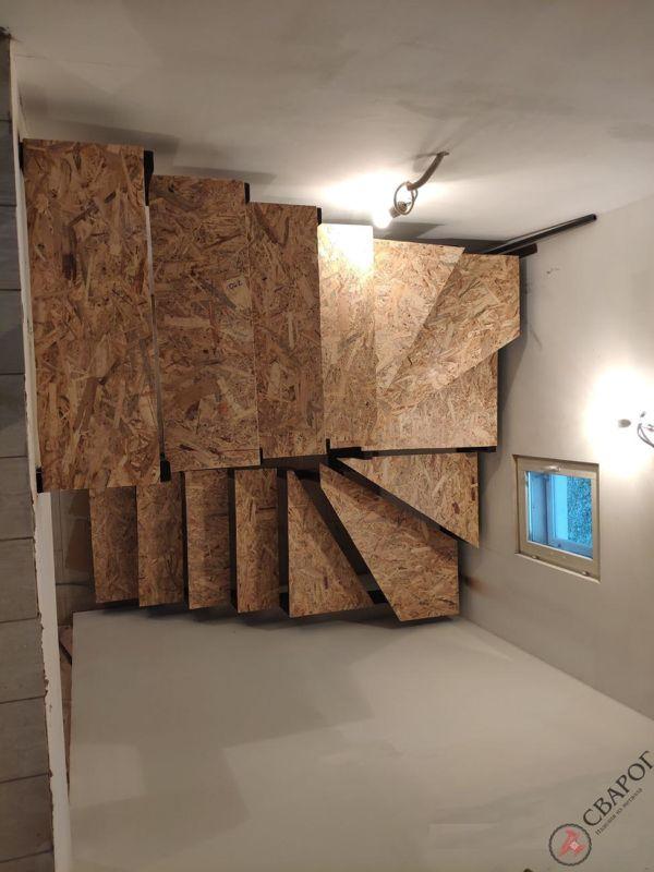 Лестница с забежными ступенями в узком проеме фото 3