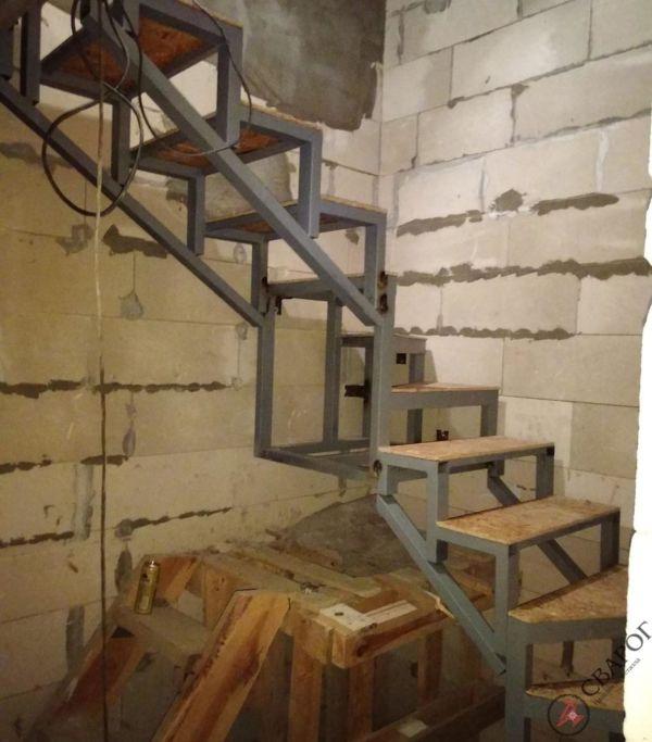 Каркас лестницы в узком проеме фото 9