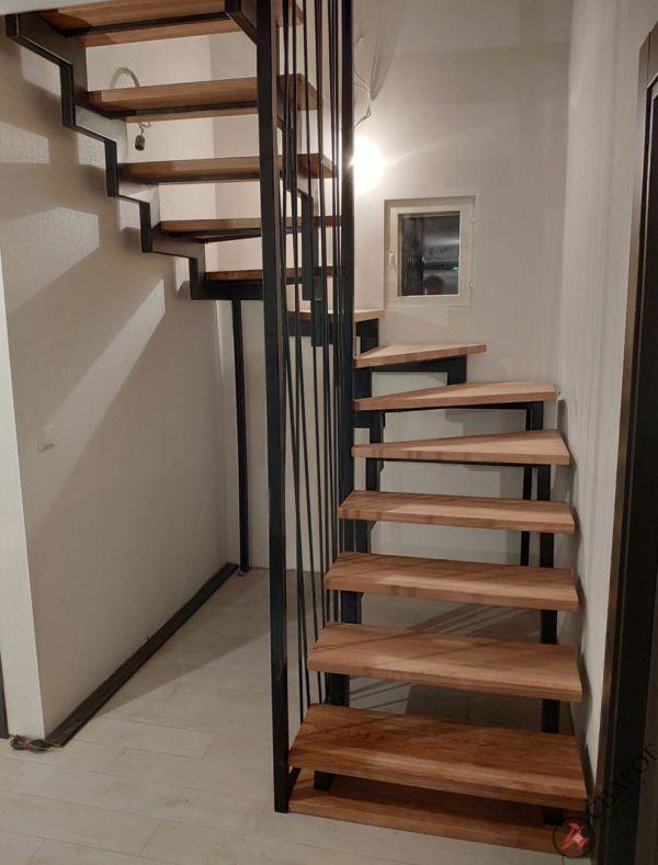 Лестница с забежными ступенями в узком проеме фото 9